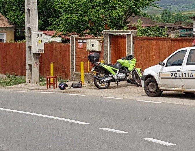 Tânăr rănit grav, după ce a intrat cu motocicleta într-un stâlp