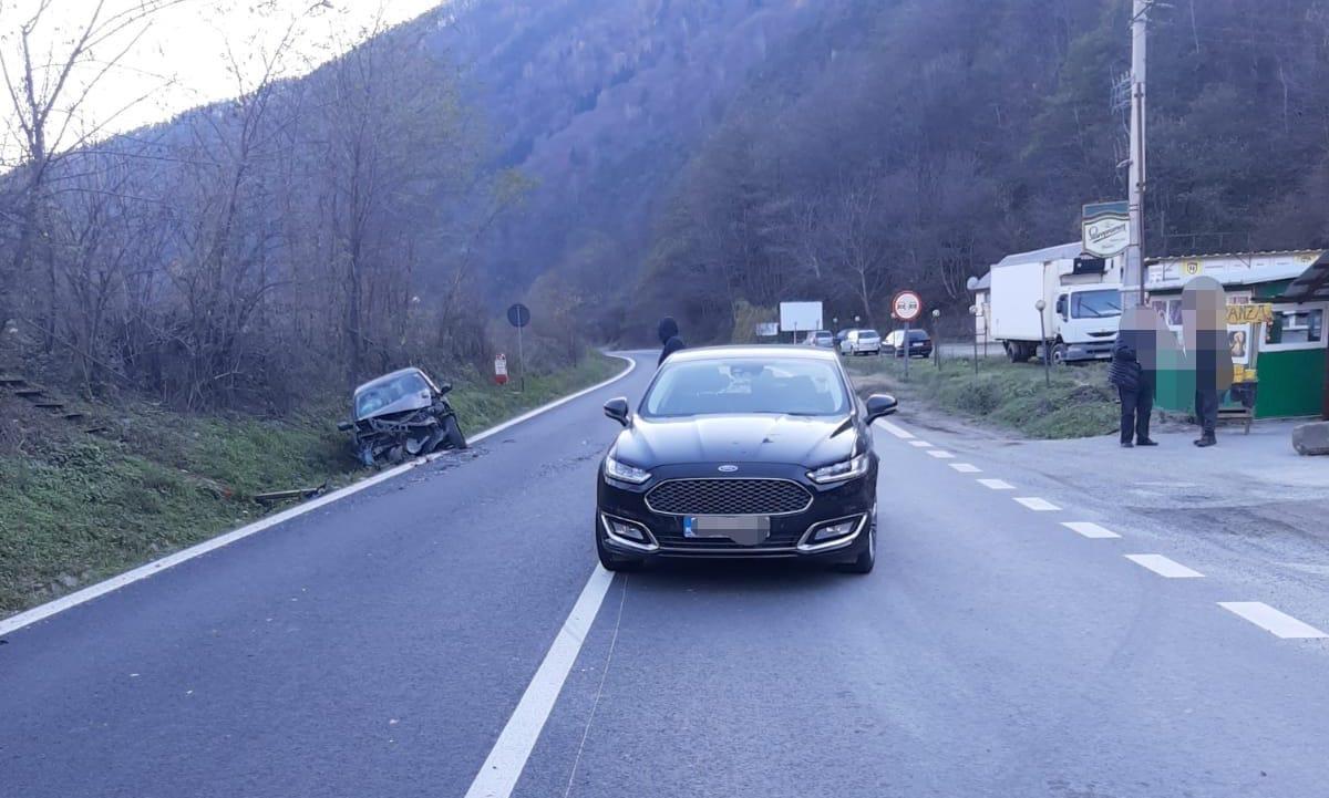 Coliziune între două autoturisme, pe Valea Oltului. O persoană a fost rănită