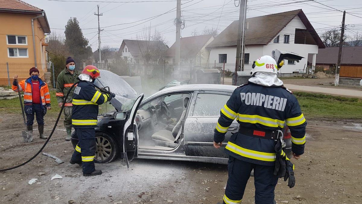Incendiu la o mașină în care se aflau o femeie și trei copii - FOTO