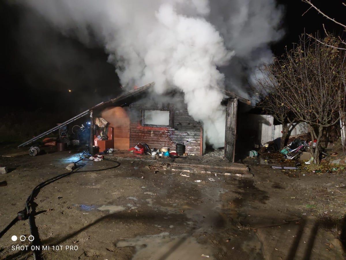 Incendiu de proporții la o cabană din Turnișor. Două persoane au suferit arsuri