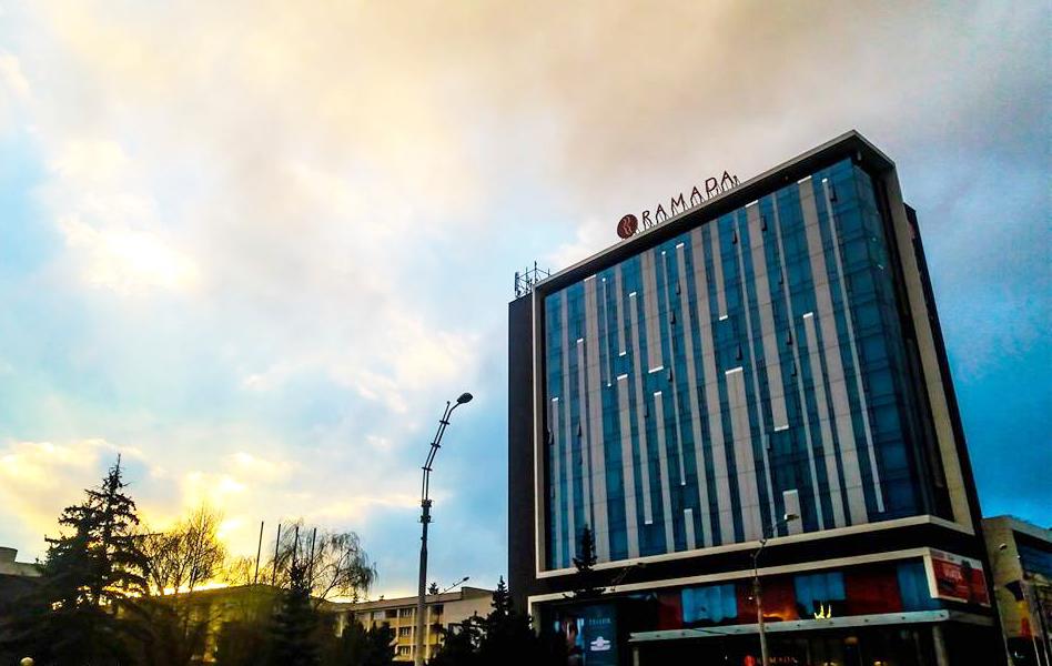Hotelul Ramada din Sibiu, campanie de Ziua României. 1.500 de mese calde pentru doctori, asistenţi şi poliţişti