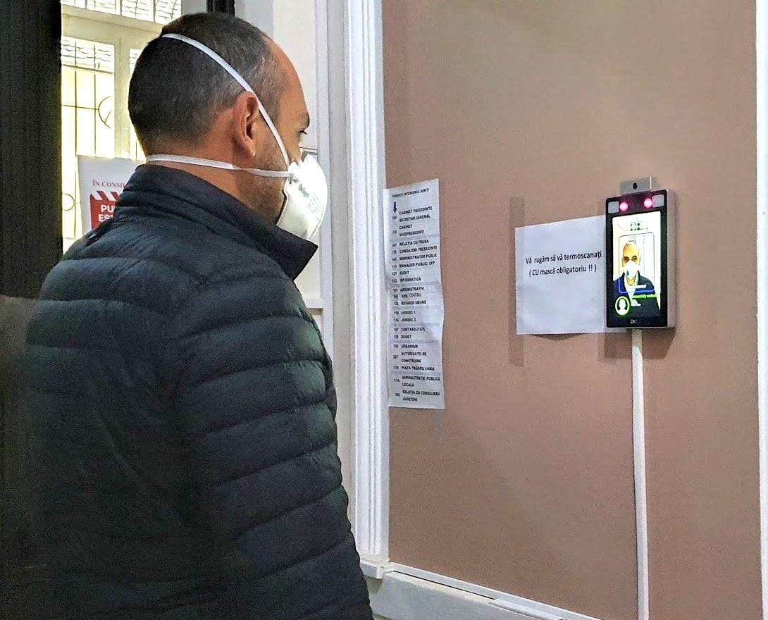 VIDEO Sistem de acces cu inteligență artificială la CJ: cei care nu poartă mască, nu pot intra