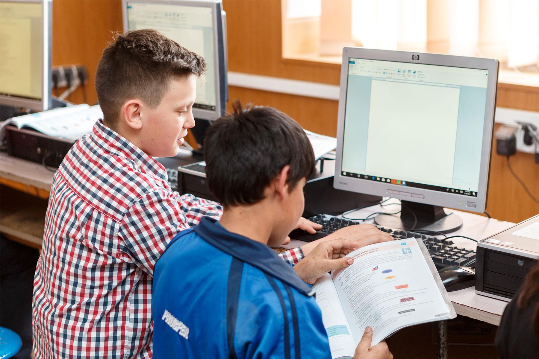 Școlile din Rusciori și Nocrich printre laureații programului Dăm Click pe România 2020. Au obținut mai multe calculatoare