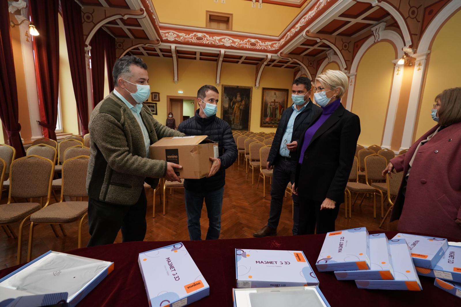 Peste 5.700 de tablete vor ajunge în această săptămână în școlile din Sibiu