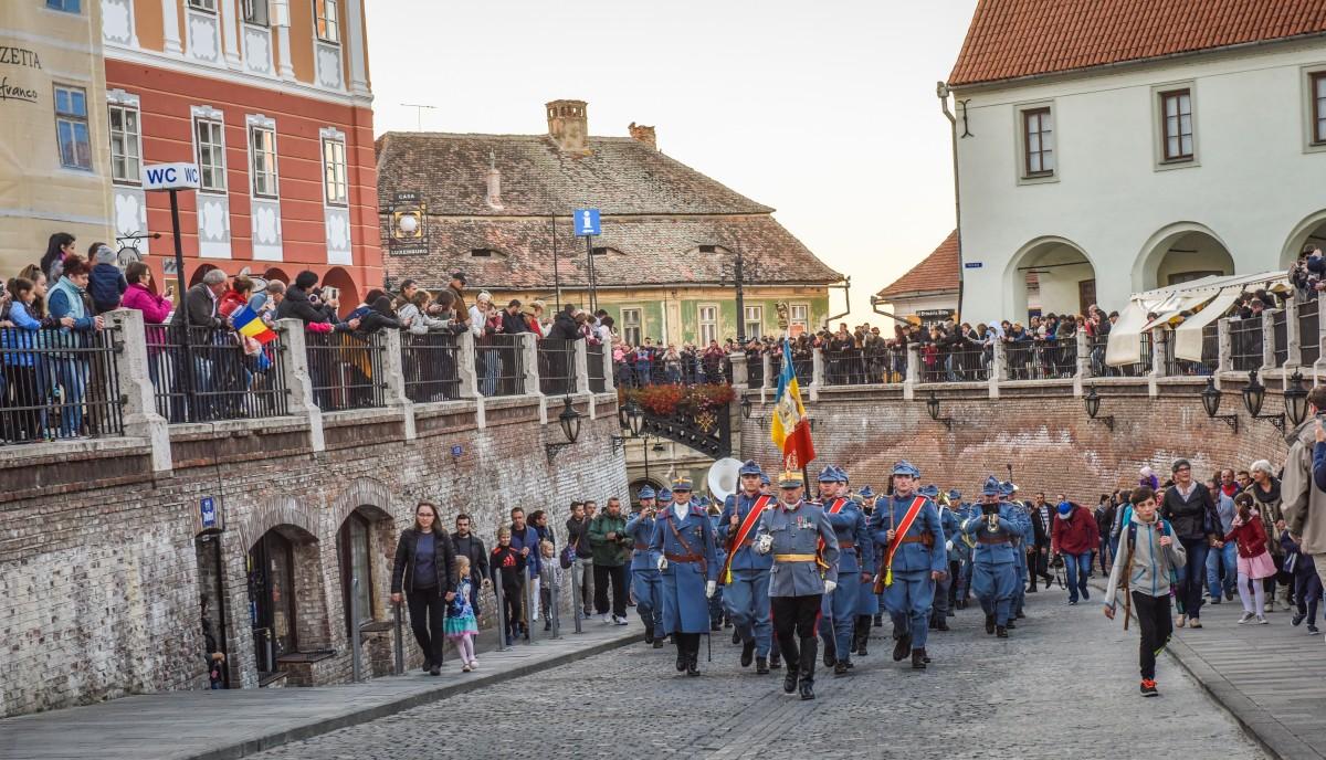 FOTO VIDEO 1 Decembrie la Sibiu, când românii îl puteau celebra. De la Parada Centenarului, la cei 700 de copii care au cântat împreună