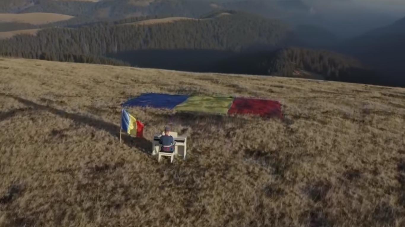 Video viral. Imnul României, cântat la pian de un jandarm, în vârf de munte