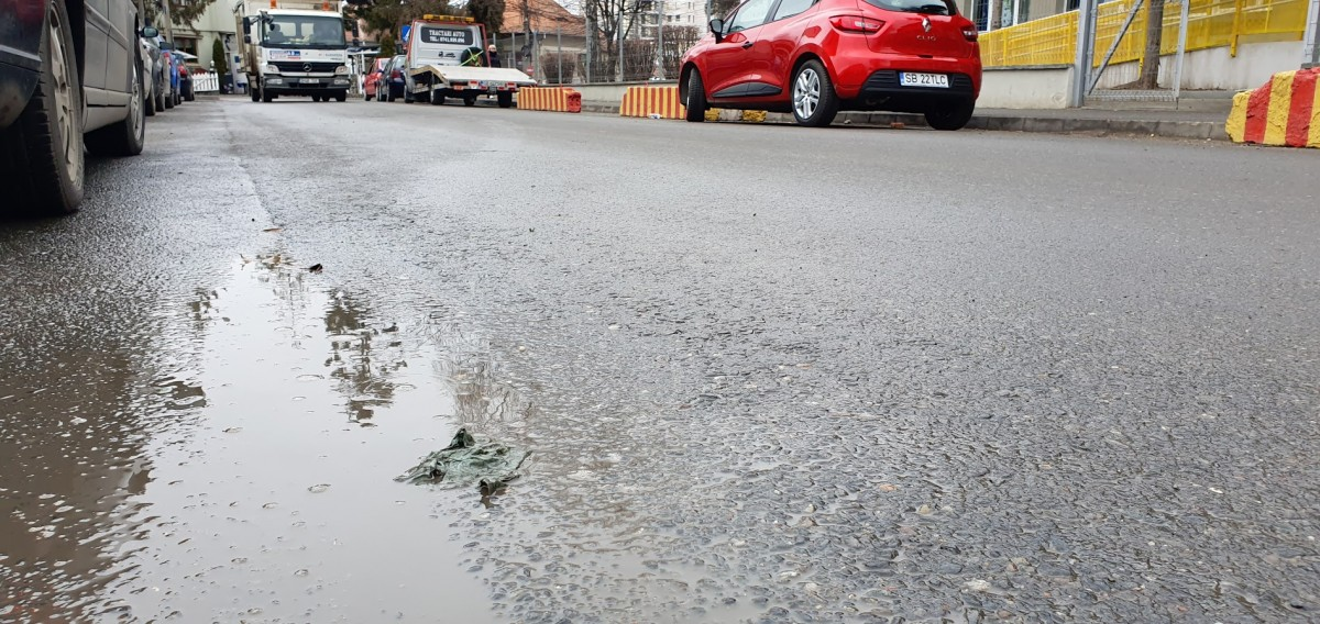 """Petiție pentru a cere Primăriei să verifice aderența asfaltului din oraș: """"carosabilul este foarte alunecos"""""""