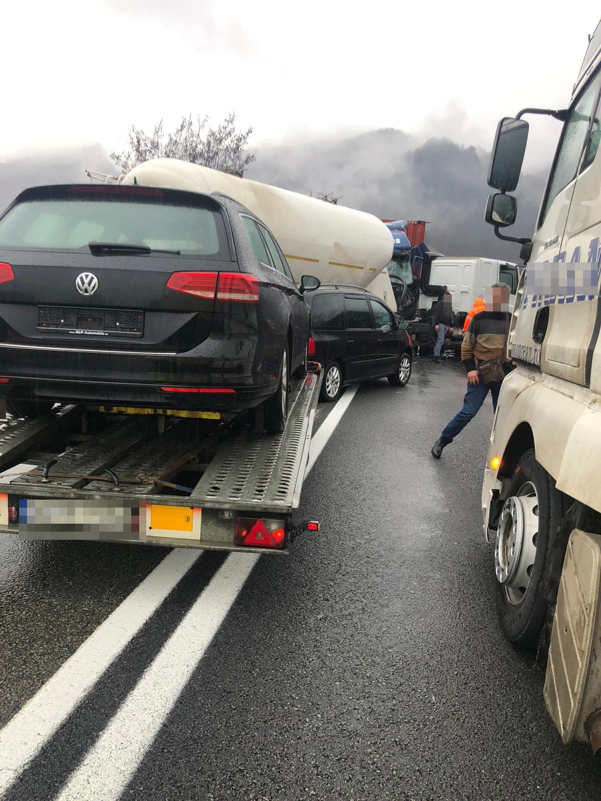 Trafic blocat pe Valea Oltului. Accident cu două autocamioane și un autoturism
