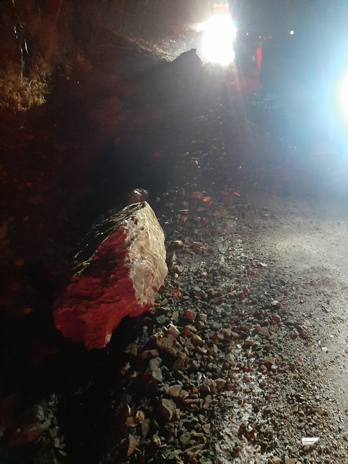 Căderi de pietre la intrare pe Valea Oltului. O camionetă a fost proiectată pe contrasens, într-un camion