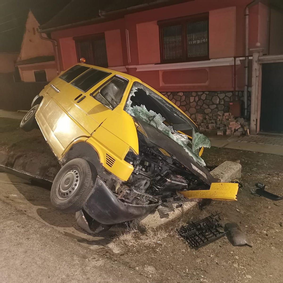 Un microbuz cu șapte persoane a intrat într-un cap de pod. Printre răniți era un băiat de 15 ani - FOTO