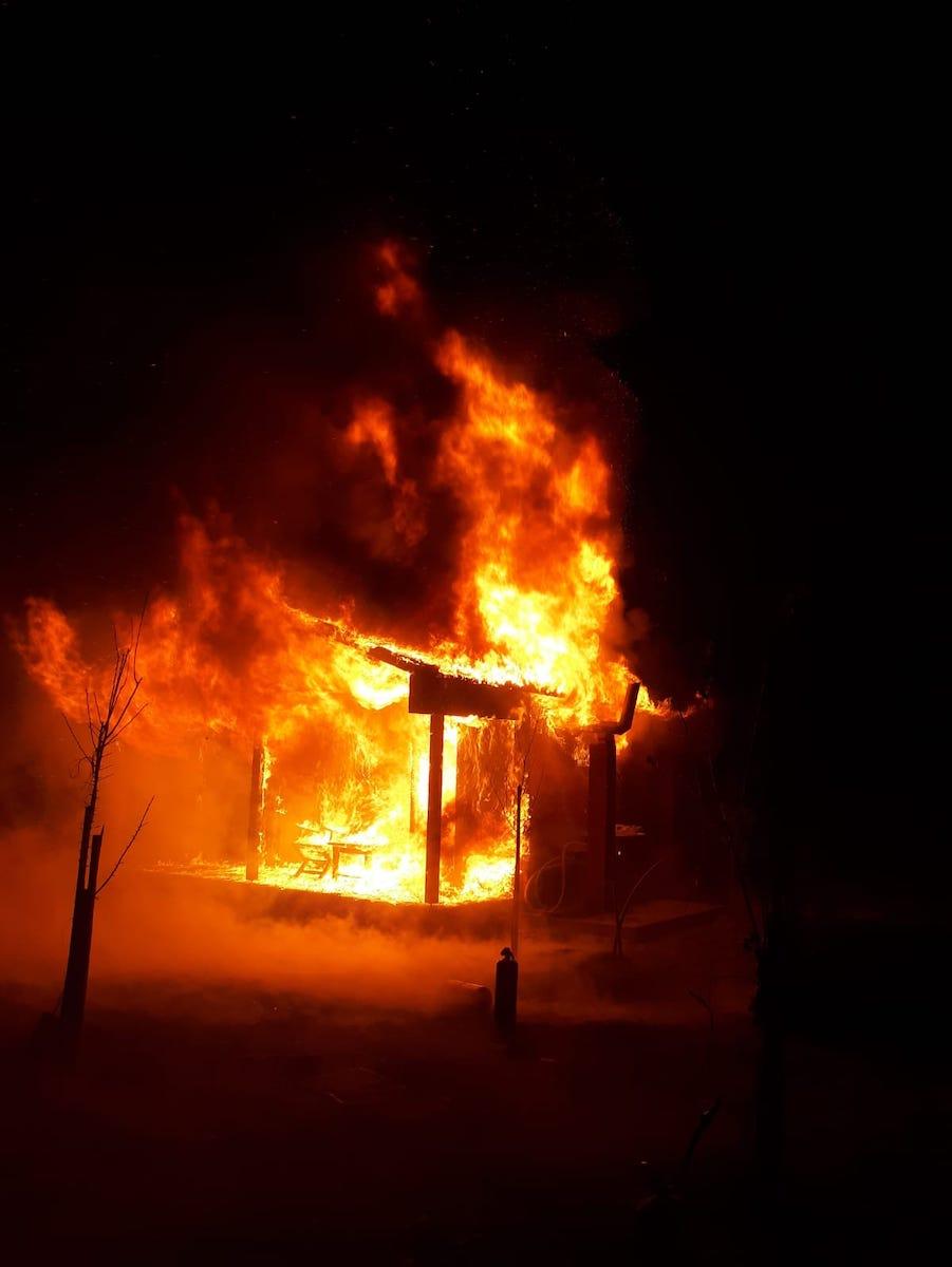 Incendiu la o cabană de lemn, lângă Avrig. A ars aproape în totalitate