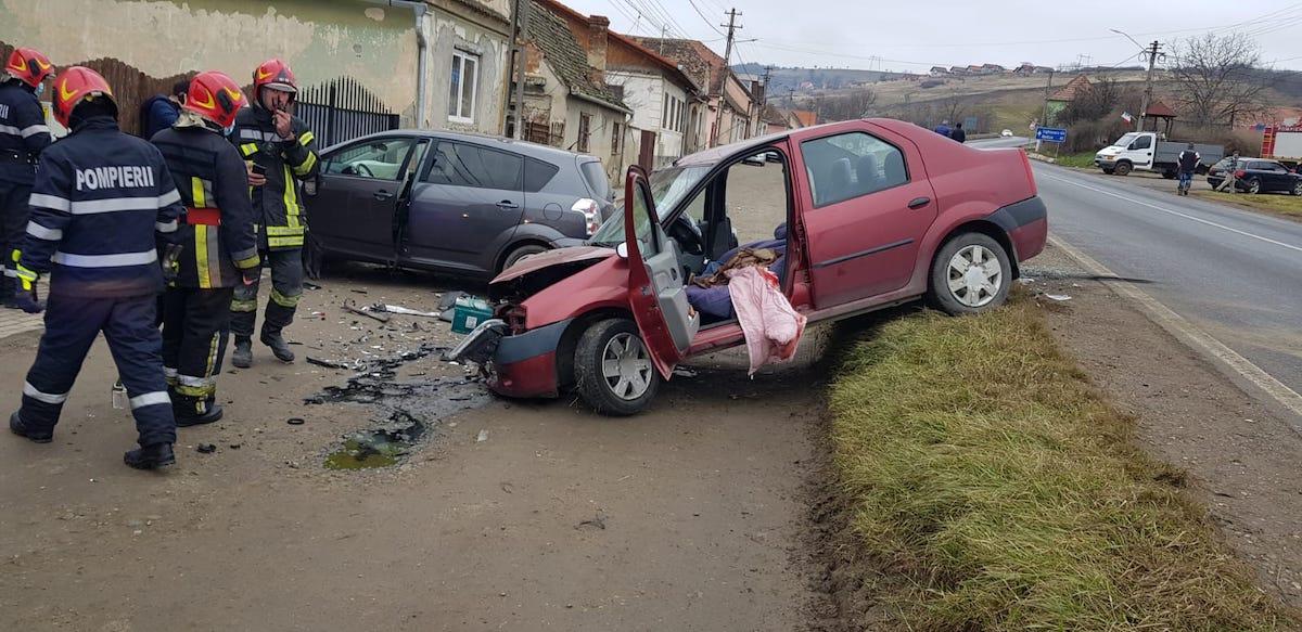 Accident cu trei victime, pe DN14. Un șofer a intrat pe contrasens și a lovit o altă mașină