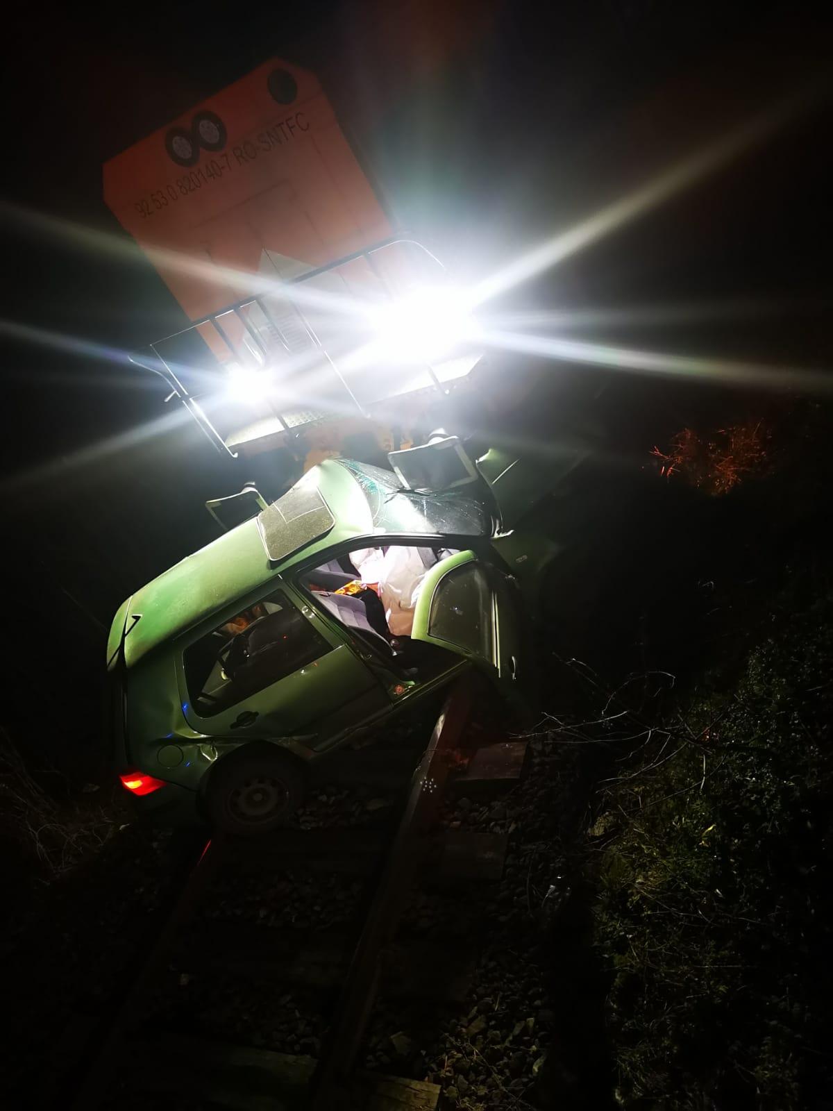 FOTO-Mașină lovită de tren pe Valea Oltului. Două femei au reușit să se salveze