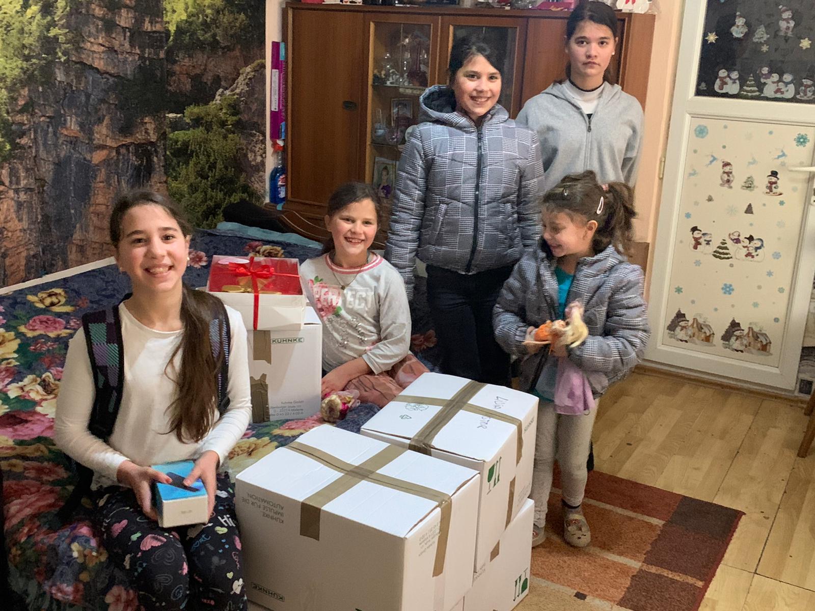Teodora și Oana, elevele de la Brukenthal, au adus bucurie pe chipurile a 60 de copii. Am fost uimite câți oameni au avut încredere în noi