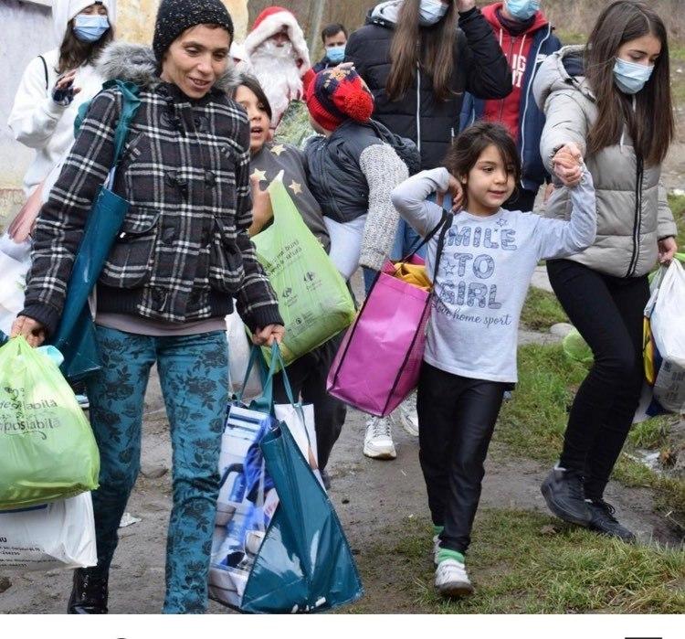 Foto: Voluntarii de la Interact și Leo Brukenthal l-au adus pe Moș Crăciun pentru 40 de oameni izolați