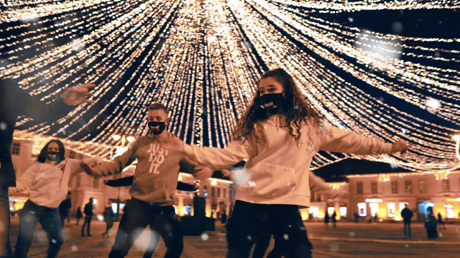 Video: Dans cu tematică făcut cadou sibienilor în prima zi de Crăciun