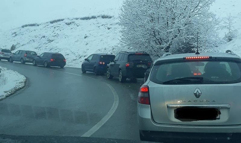 Video/ Nebunie la Păltiniș: Traficul a fost blocat de mașinile celor ajunși în stațiune
