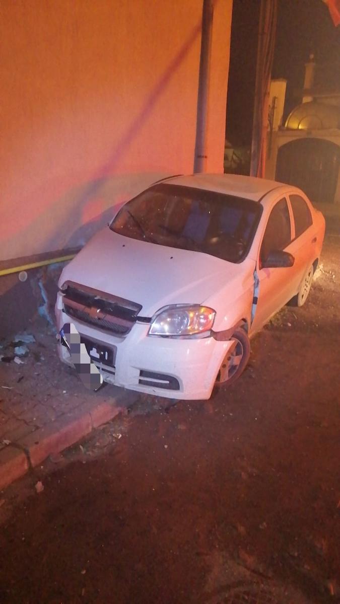 Viteză la volan - Un tânăr a intrat cu mașina într-un zid. Pasagerul a ajuns la spital