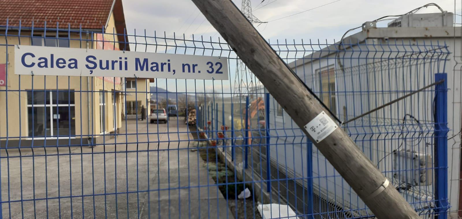 Actualizare/ Video/ Stâlpul căzut peste gardul unui sibian din Calea Șurii Mari a fost ridicat după patru zile