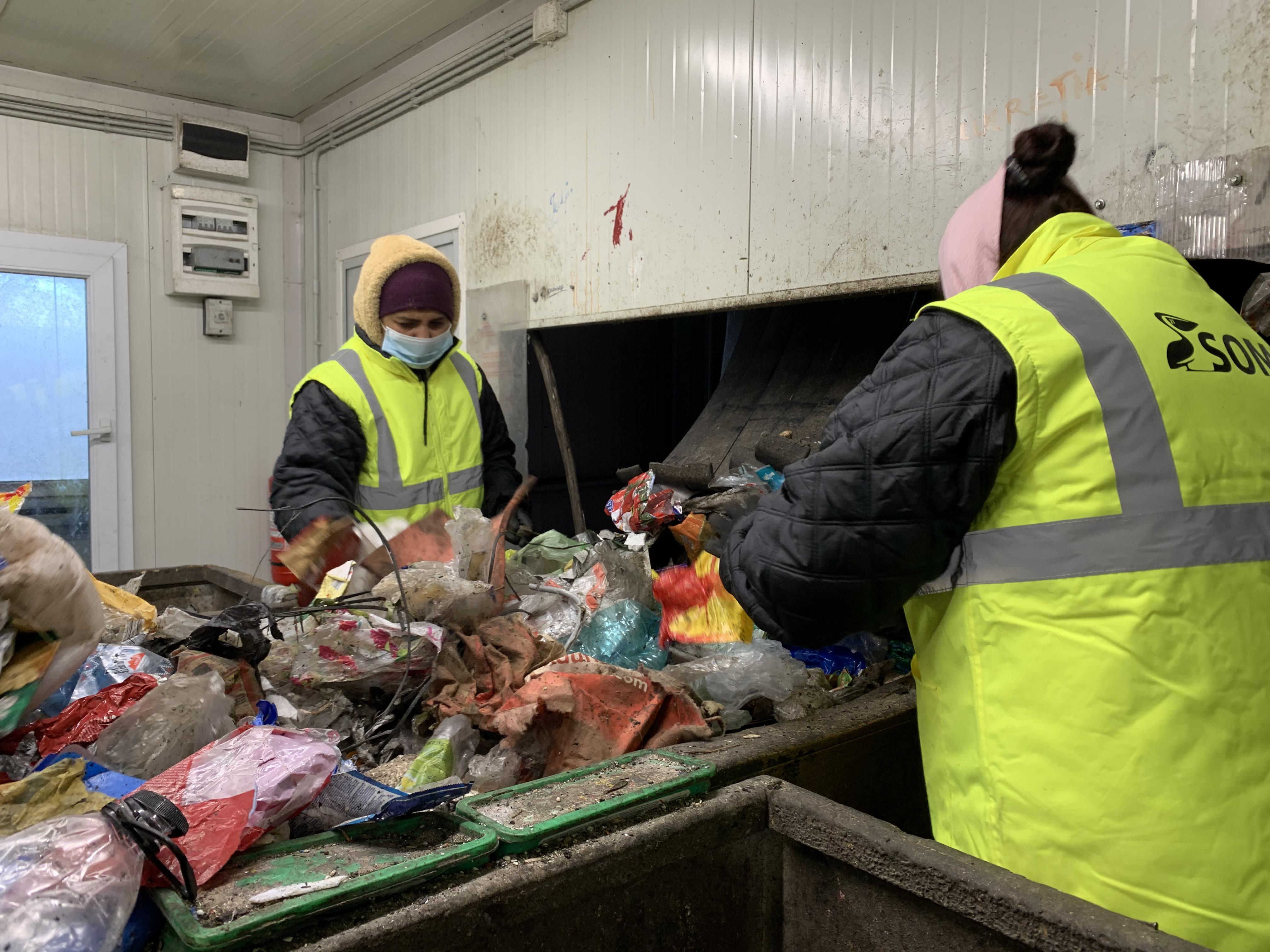 VIDEO-Reportaj la stația de sortare și compost: Sibienii aruncă cadavre de animale la deșeurile reciclabile și pamperși la plastic