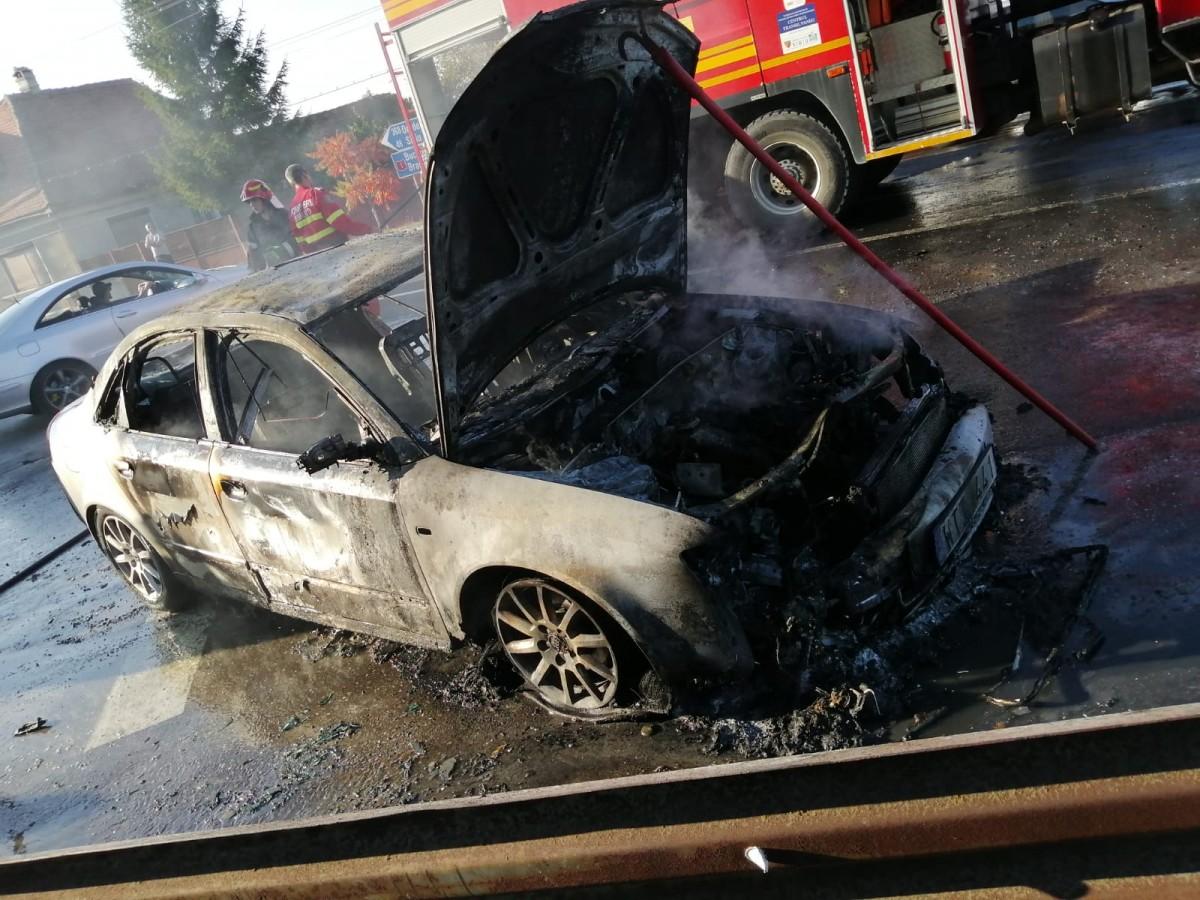 O mașină a ars în stradă. Scurt-circuit electric