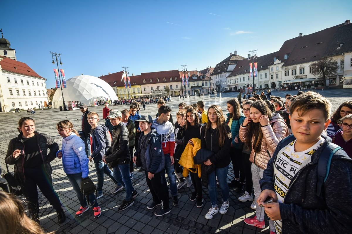 Foto. Copiii vin cu trenul de la kilometri distanță să vadă documentarele de la Astra Film Junior