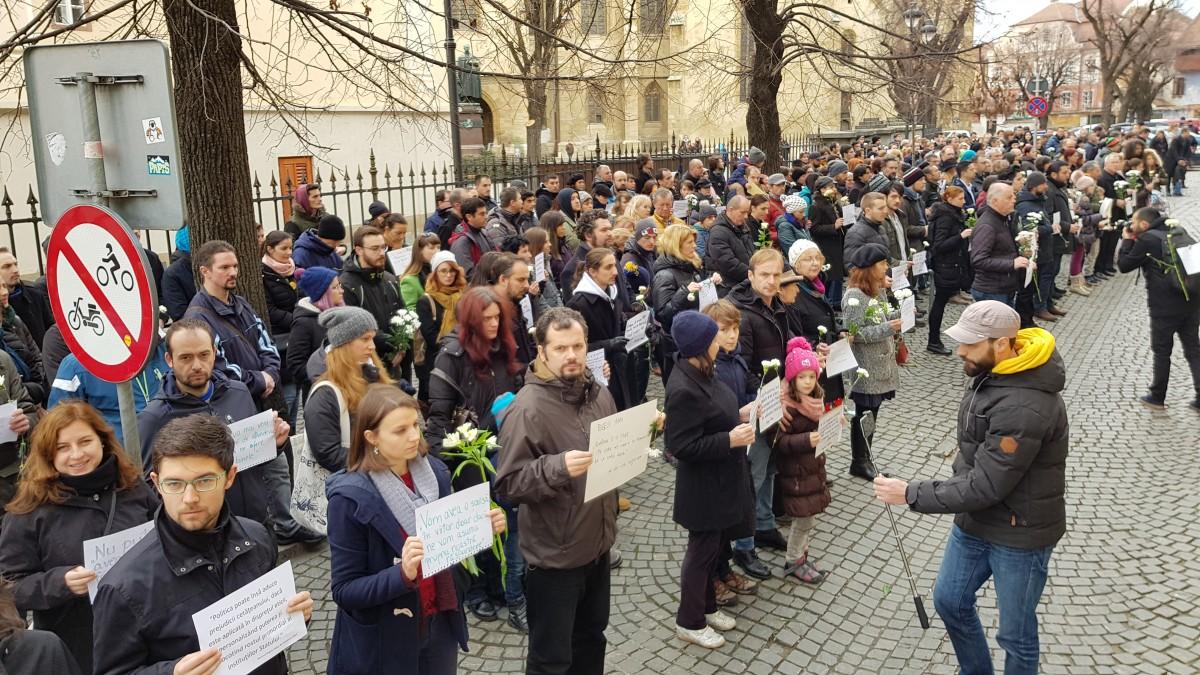 #vavedemdinSibiu ia amploare: peste 500 de oameni, cu flori în mână, au tăcut în fața sediului PSD