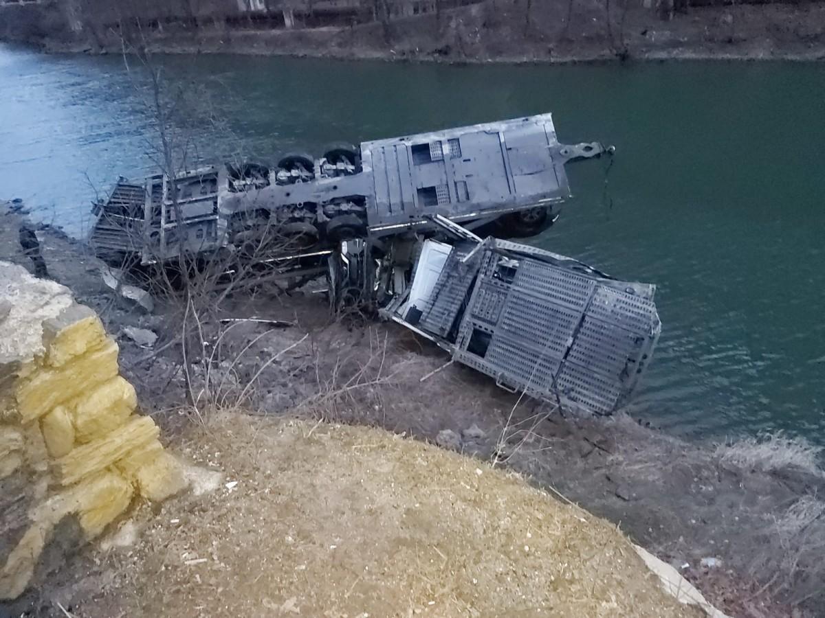 Accident pe Valea Oltului. Un TIR încărcat cu opt mașini a sărit în Olt
