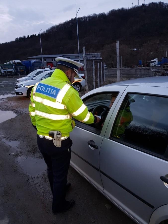 Bărbat fără permis, prins la volanul unei mașini cu numere false