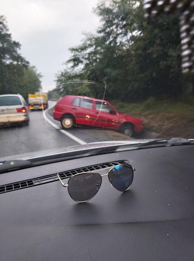 Accident pe Hula Bradului. O șoferiță a călcat prea tare pe accelerație
