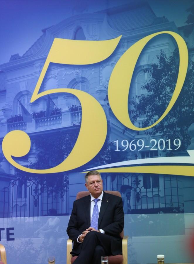 Președintele Iohannis la ULBS 50: Producem pe bandă rulantă legi incoerente