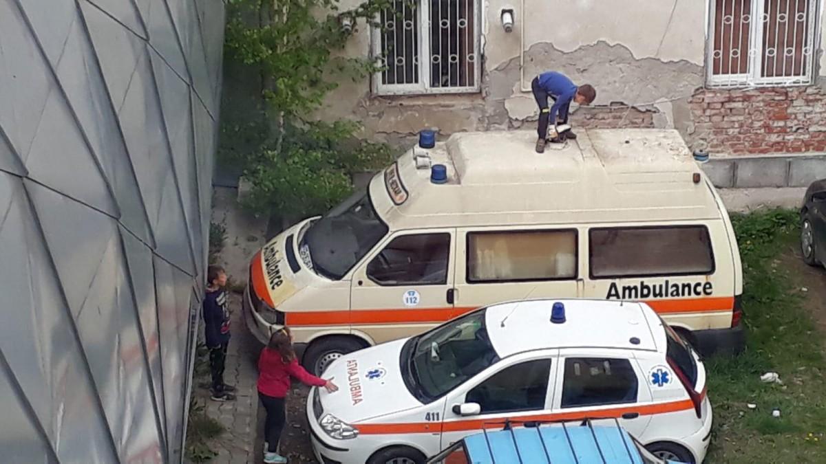 Actualizare. Primăria caută proprietarul unei ambulanțe abandonată lângă Ambulanță