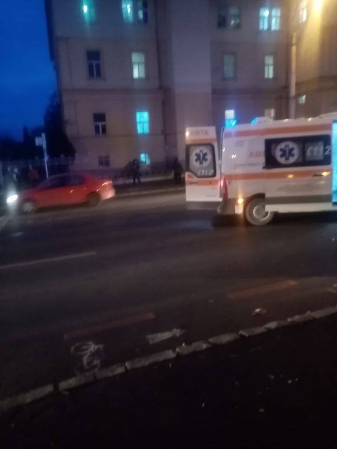 Tânără lovită de mașină, pe Coposu, înapropiereaSpitalului Județean