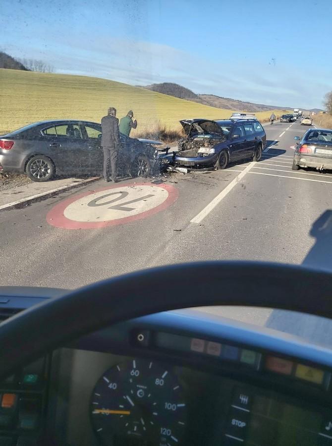 Accident cu mai multe autoturisme implicate,pe DN14.Trei persoane au fost rănite