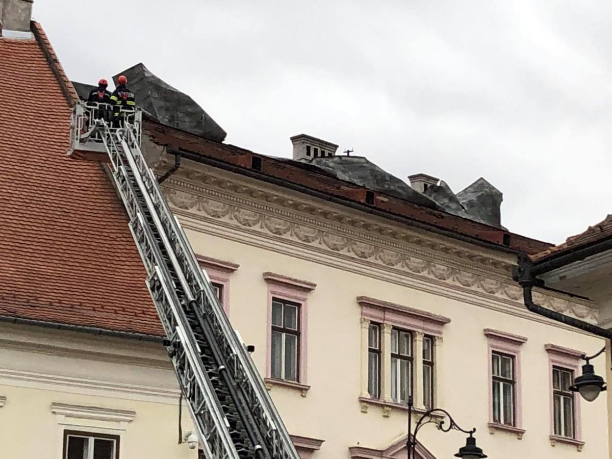 Primele probleme din cauza vântului. Tablă desprinsă de pe acoperiș, în Piața Mare și lame antiorbire căzute pe A1