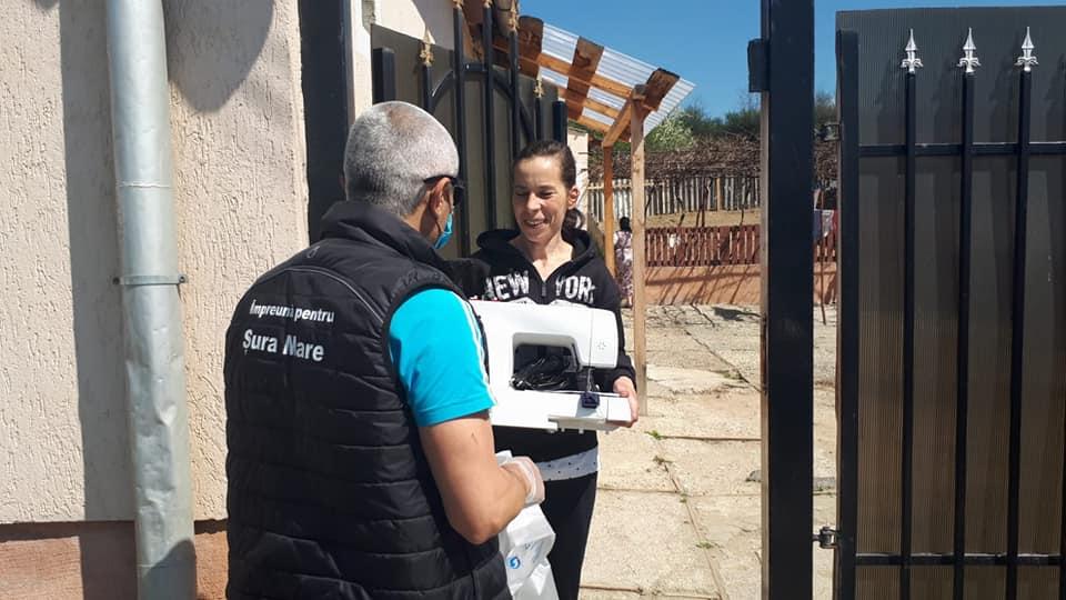 Cea mai implicată voluntară în confecționarea măștilor din Sura Mare a primit o mașină de cusut electrică