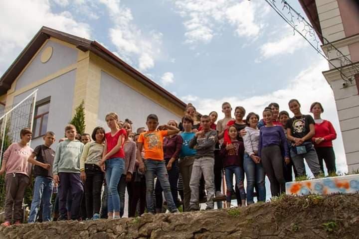 """Soții Boldijar au nevoie de sprijin pentru campania """"Dar din dar"""". 47 de copii de la Centrul de Plasament Turnu Roșu pot primi daruri de 1 iunie"""
