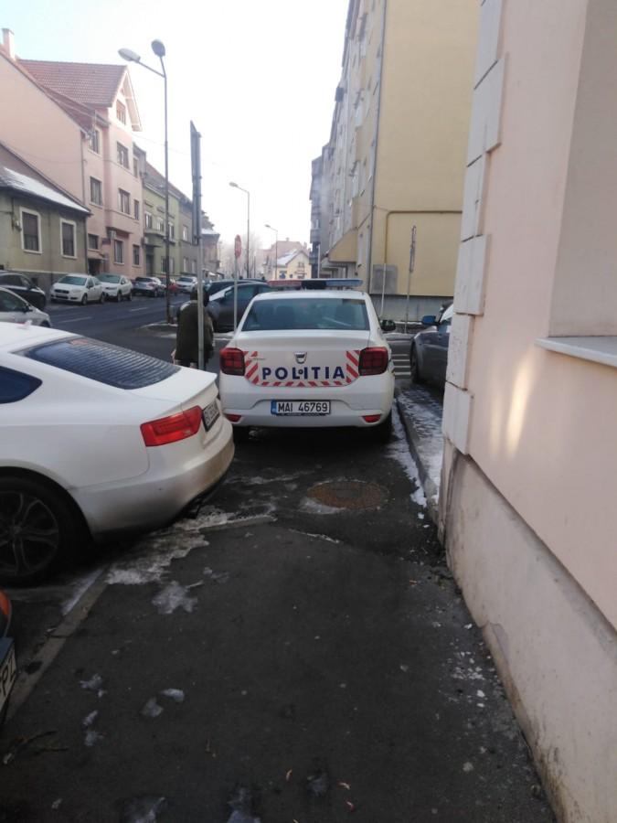 """Cu mașina poliției pe trotuar. """"La ei se poate?"""""""