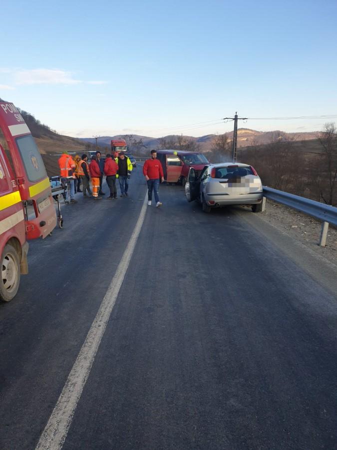 Trei persoane au fost rănite după ce un microbuz a intrat pe contrasens