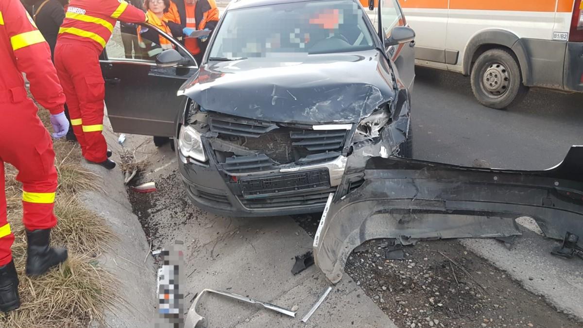 Accident pe DN 14, după ce un șofer a intrat cu viteză într-o curbă