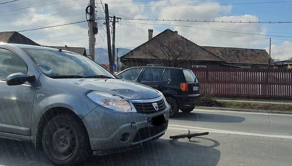 Un biciclist băut a fost lovit de o mașină după ce a traversatprin loc nepermis