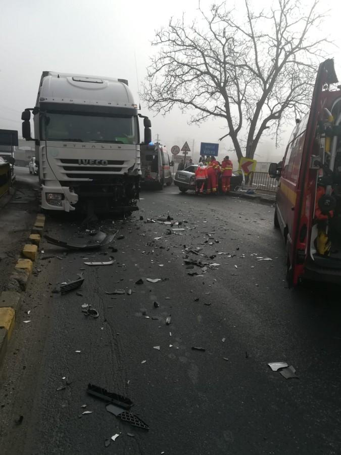 Trafic blocat pe Valea Oltului. Două persoane încarcerate după impactul cu un TIR