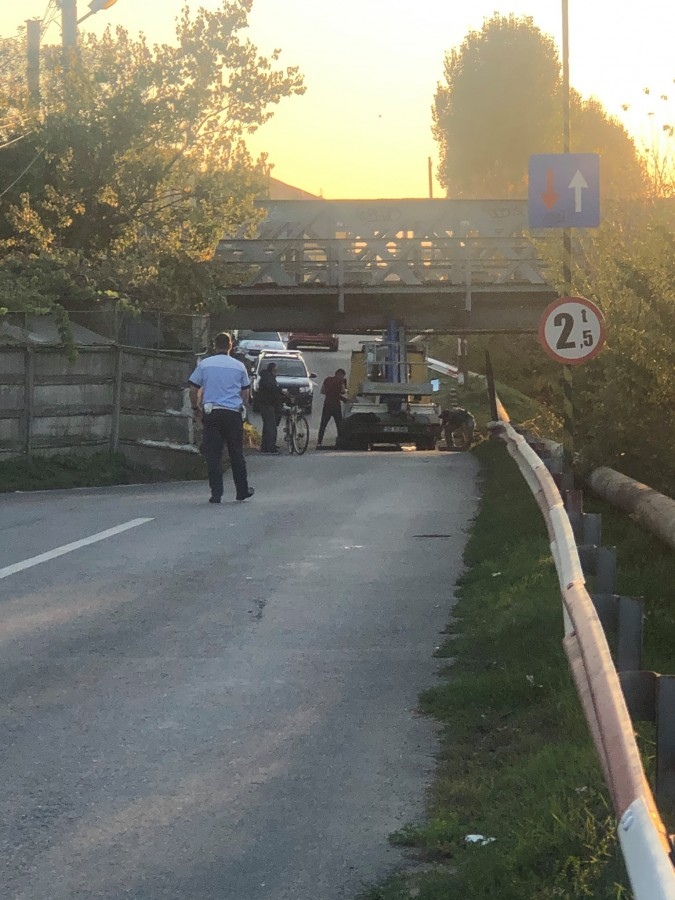 Un șofer a uitat înălțimea propriului autovehicul: a lovitpodul de la Libertatea