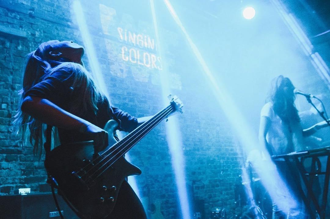 """Sibianca Adi Seven, basistul care și-a împlinit visul la București: """"Dacă vrei să te îmbogățești, mai bine nu cânți"""""""