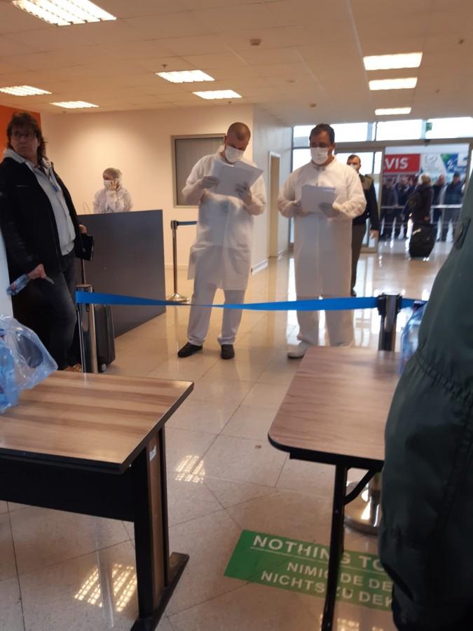 Galerie FOTO VIDEO de la Aeroportul Sibiu. Pasagerii de la Memmingen au fost trimiși la izolare, după mai multe ore de stat în avion