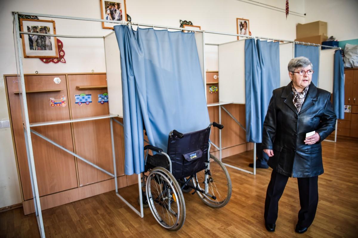 """Sibian la vot, în scaunul cu rotile, dar fără rampe de acces: """"E dreptul meu"""""""