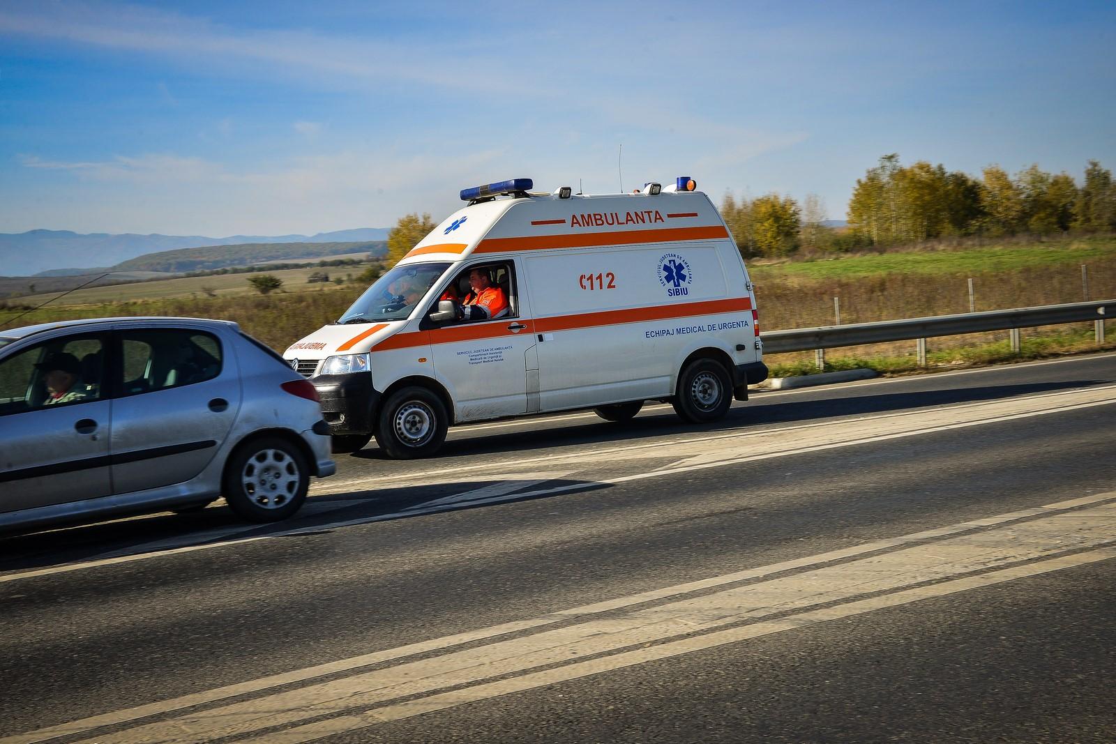 Femeie rănită după ce a intrat cu mașina într-un microbuz, la Veștem
