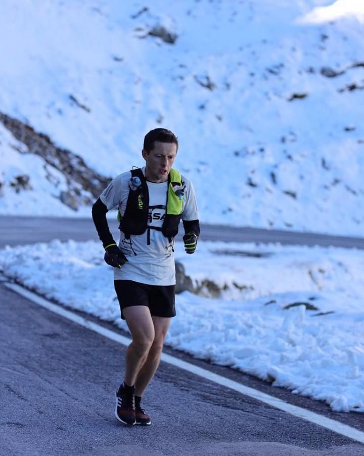 Premieră pe Transfăgărășan: Un sportiv a alergatcei 151 de km în mai puțin de 20 de ore