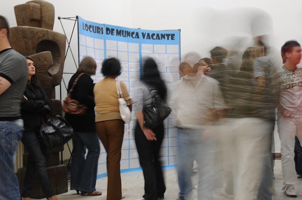 Peste 80 de angajatori caută oameni pentru aproape o mie de joburi vacante