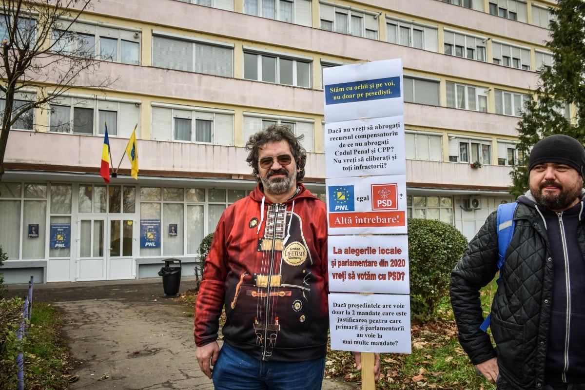 """FOTO-VIDEO """"Protest de avertisment"""" în fața PNL Sibiu. """"La mine nu vii ca la PSD!"""""""